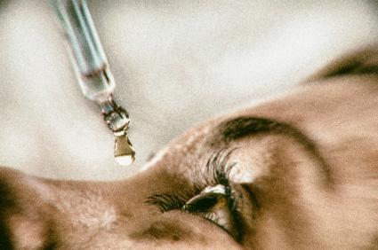 Gereizte Augen mit Wasser, Kochsalzlösung oder Sudecon Tuch behandeln